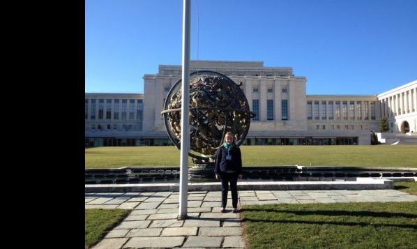 Courtney Biede devant le Palais des nations à Genève.