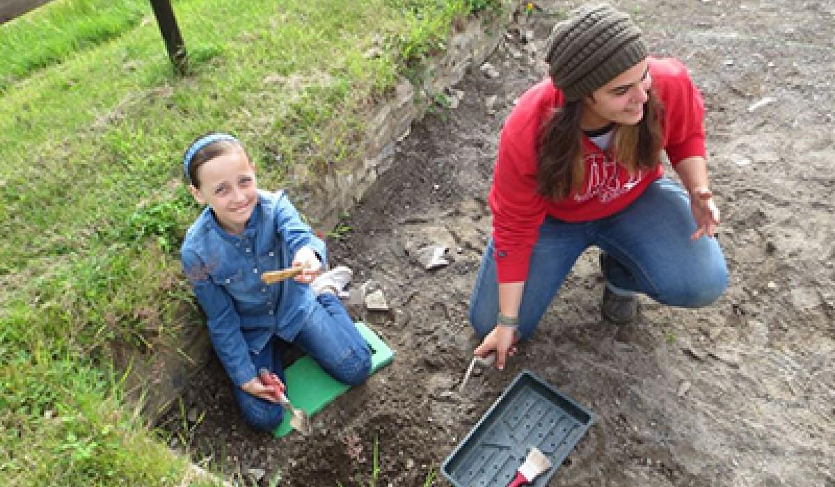 Lobl teaches a child about excavation